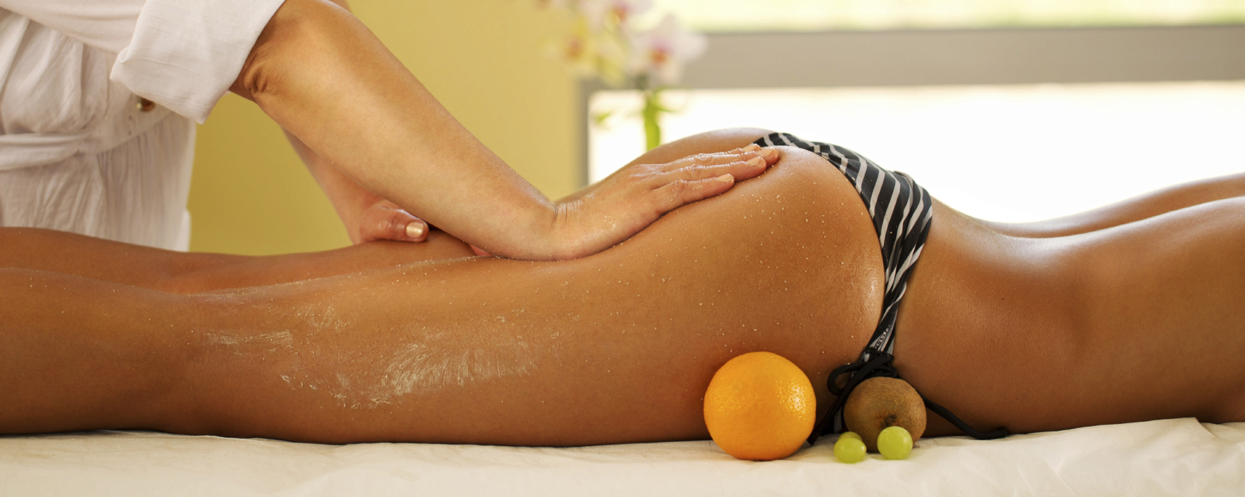 Legs and buttocks massage in the spa center